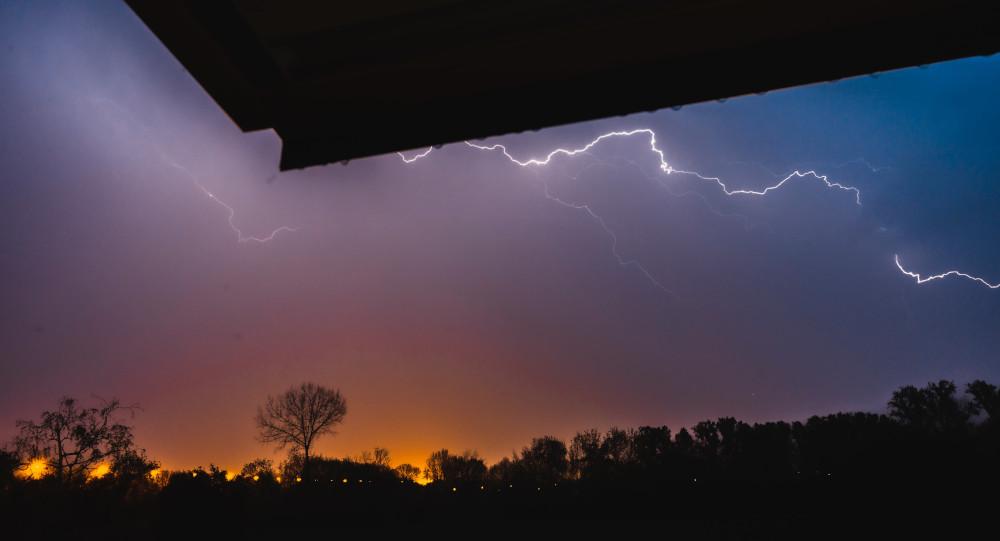 Regarder l'orage depuis sa fenêtre